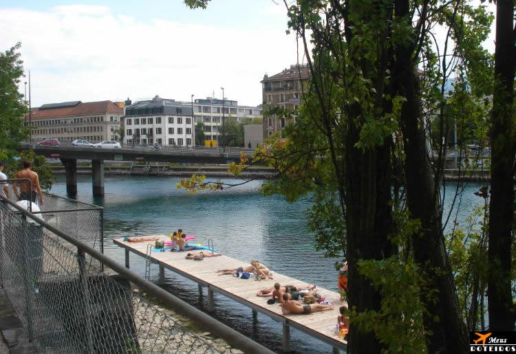 Genebra: pessoas tomando sol na beira do rio