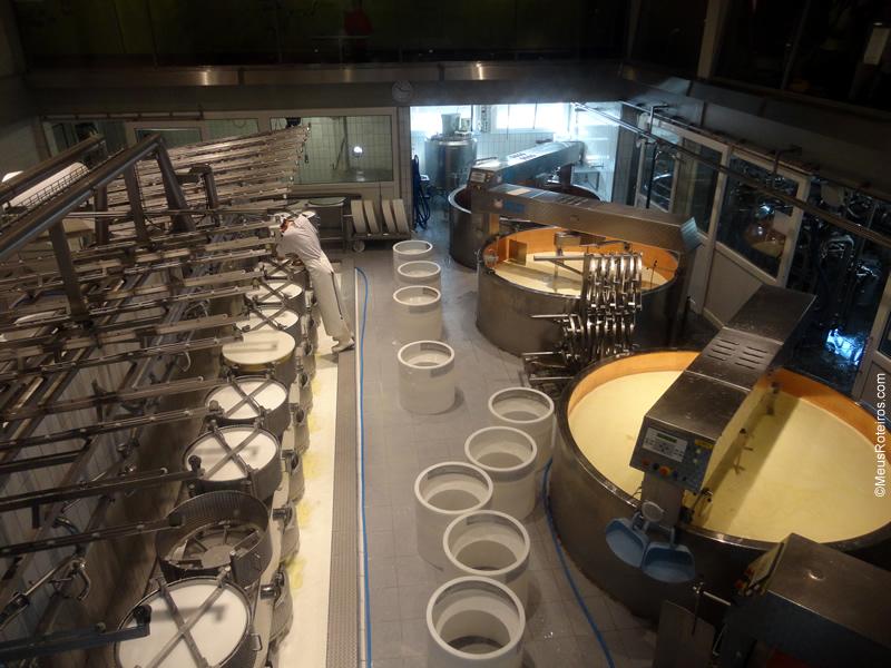 Interior da fábrica do queijo Gruyères