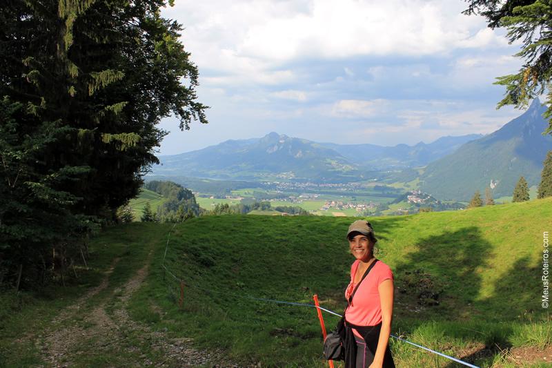 Marlise com a- vila de Gruyères ao fundo