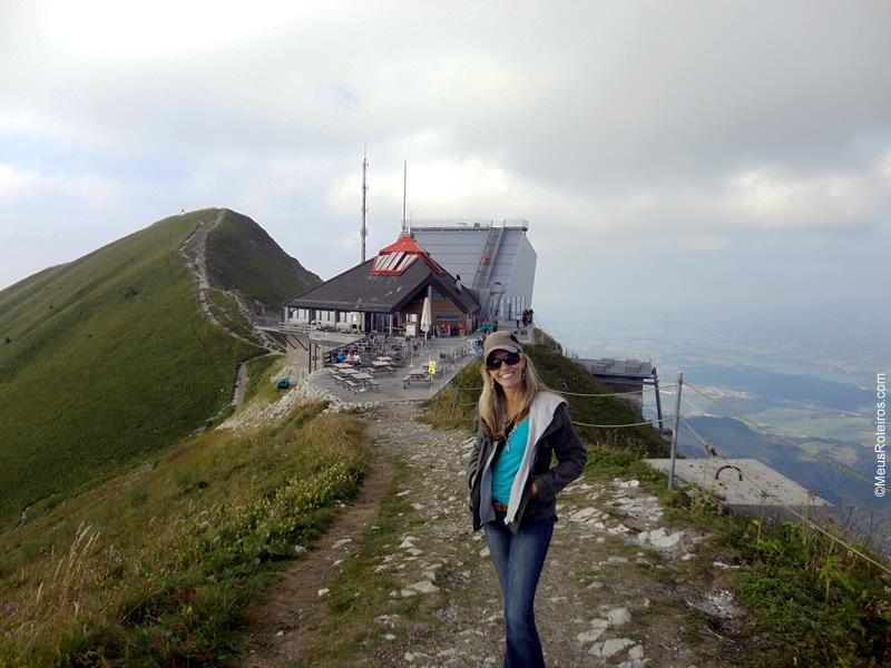 Marlise no alto da montanha de Moreson antes de começar a trilha