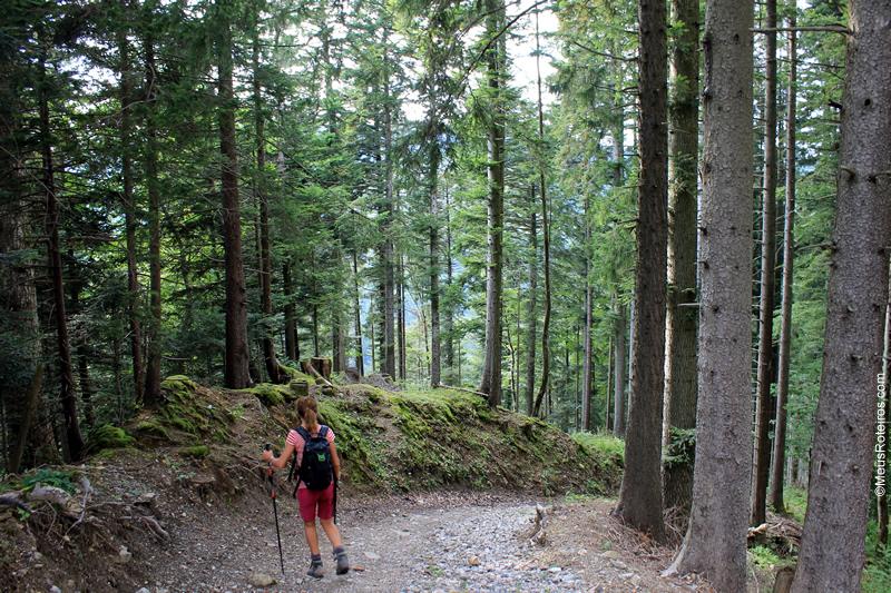 mulher descendo a Trilha do Sentier des Fromageries