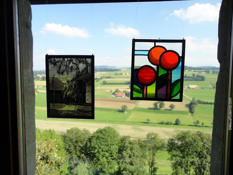 Pintura no vidro de uma das janelas do museu do Vitral com vista para a montanha