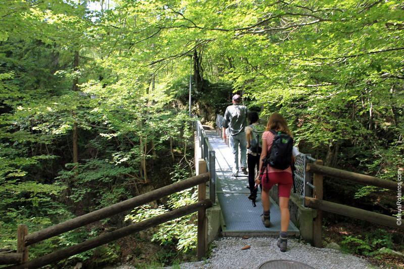 Pessoas atravessam ponte na Trilha do Sentier des Fromageries