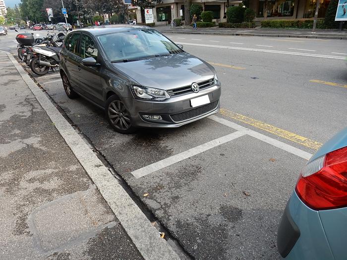 Na linha branca o estacionamento é pago e o ticket deve ficar bem visível