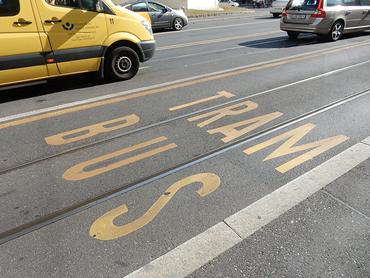 Faixa exclusiva para ônibus e tram