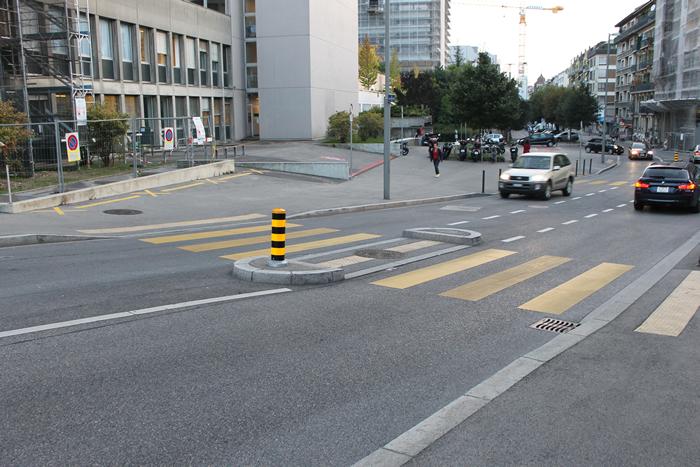 Faixa de pedestre no meio de uma rua, sem semáforo