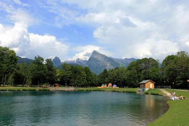 O Lac Blue tem uma vista linda para as montanhas