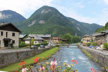 A vila fica às margens do Rio Giffre