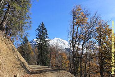 Olhando para trás, a montanha com neve...