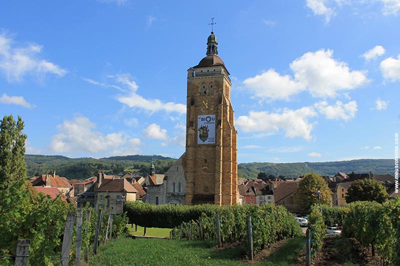 A torre da Église Saint-Just chama a atenção na entrada da vila