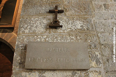 ... e na entrada, um lembrete de que ali congregava Pasteur