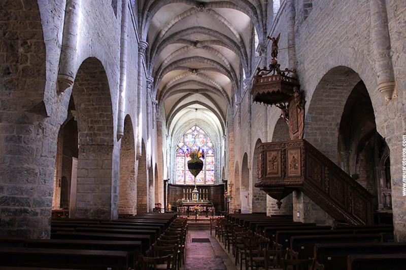 O corredor principal da Igreja com o altar ao fundo