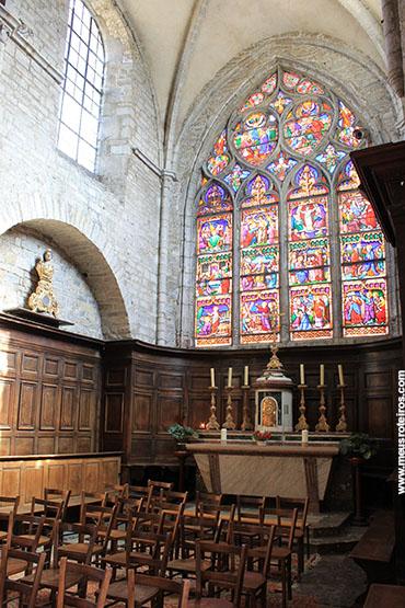... e um dos altares laterais
