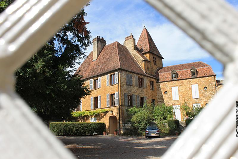 Château Bontemps visto pelas frestas do portão