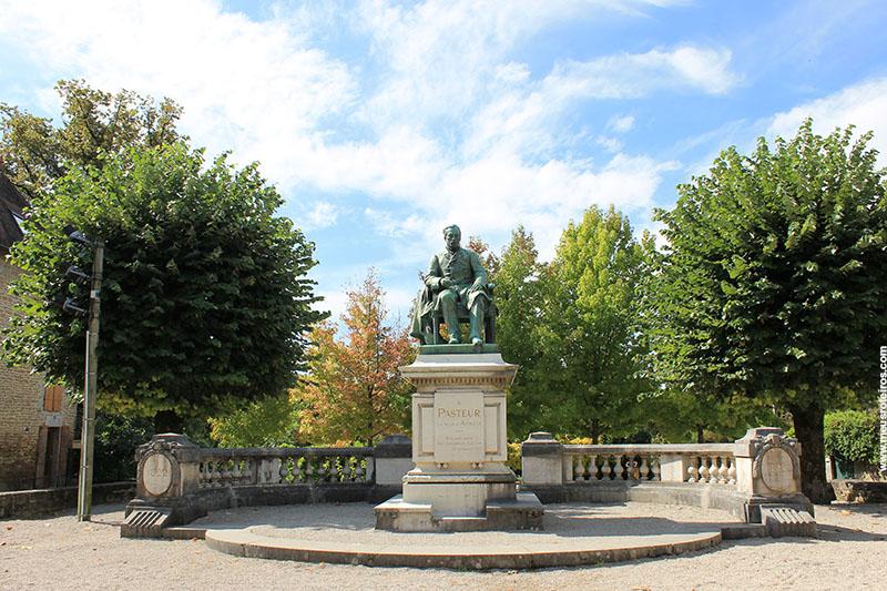 Estátua de Pasteur em uma praça no centro da vila