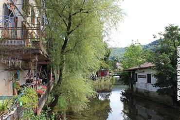 Um pequeno rio que atravessa a vila...