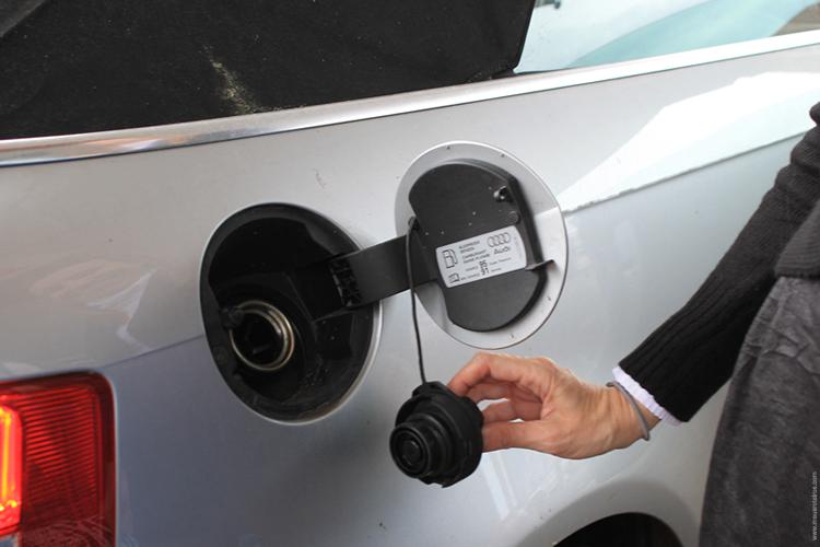 O tipo de combustível, às vezes, é mencionado na tampa do tanque