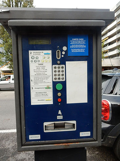 Sempre há um aparelho como este próximo às áreas de estacionamento, o Parquímetro
