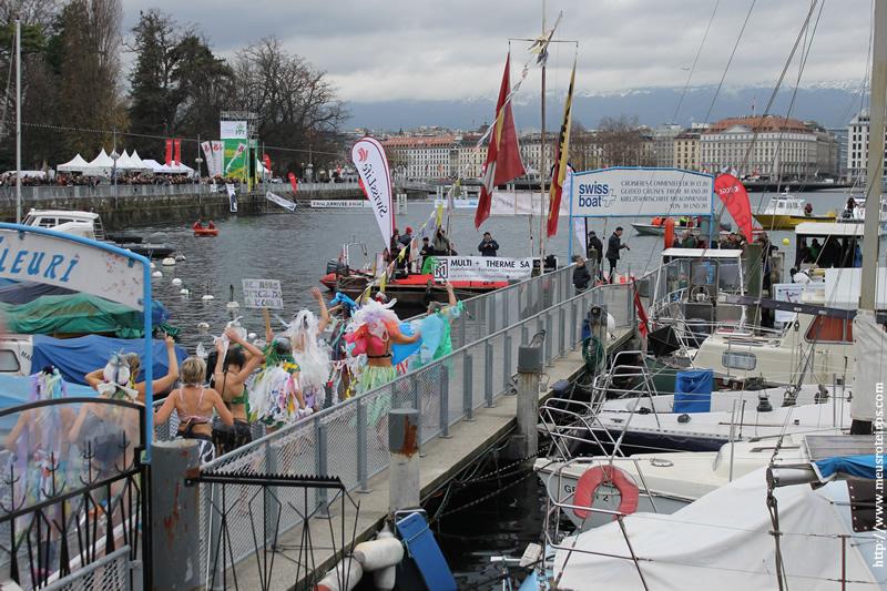 Os nadadores fantasiados fazem um verdadeiro carnaval durante a Taça de Noel de Natação, em Genebra.