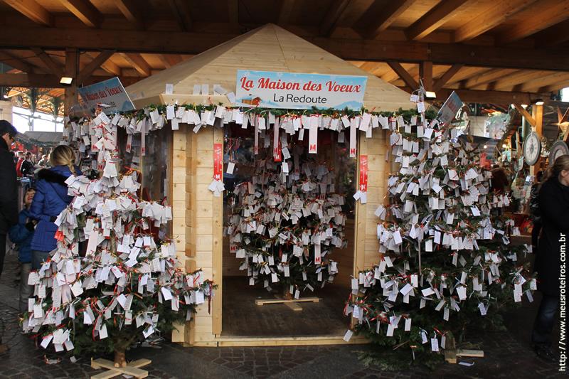 Barraca com várias árvores de natal cheias de bilhetes pendurados