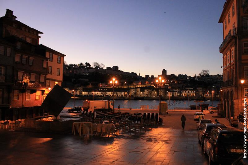 Praça da Ribeira com o Rio Douro ao fundo