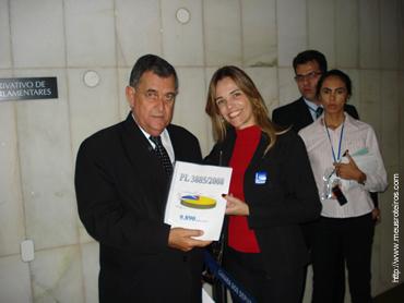 Dep. Arnaldo Faria de Sá entregou o documento nas mãos de Michel Temer (Pres. Câmara)