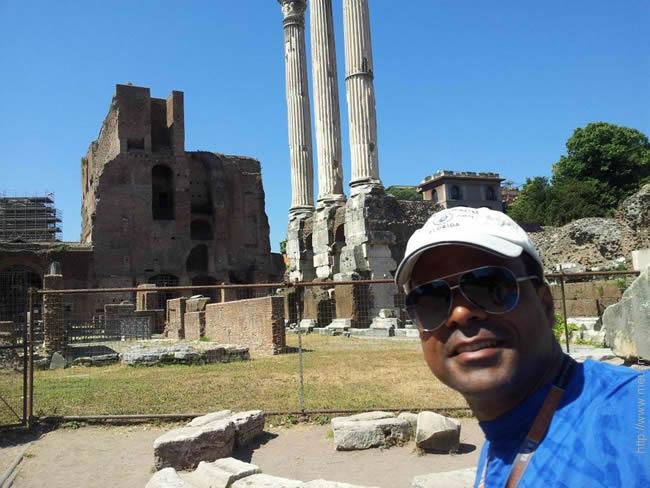 Eber Myra visitando as Ruínas do Foro Romano, em Roma.