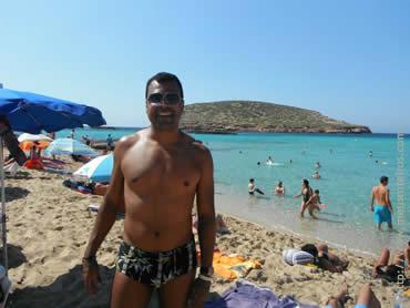 Eber curtindo uma praia em Ibiza