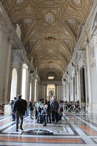 Ao sair dos Museus chega-se a este ponto: o hall de entrada da Basílica.