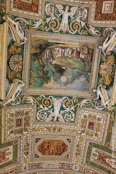 Detalhes dos afrescos no teto de um dos museus