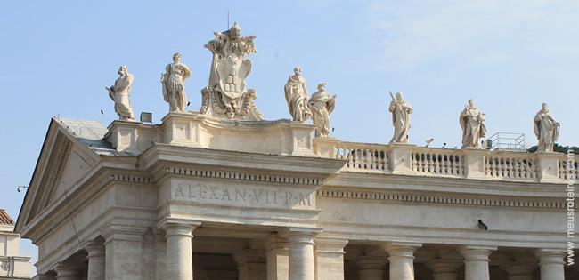 Os santos no alto da colunata