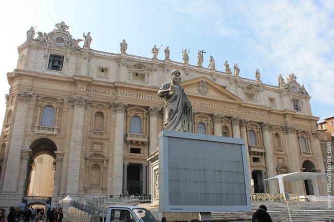 As imagens de São Pedro e São Paulo ficam bem próximas à entrada da Basílica