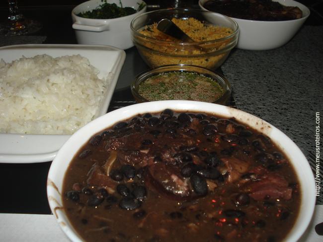 Feijoada, arroz, farofa e vinagrete