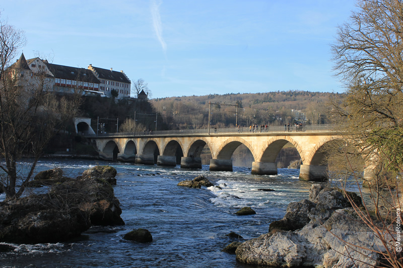 Ponte que leva ao Castelo de Schloss Laufen