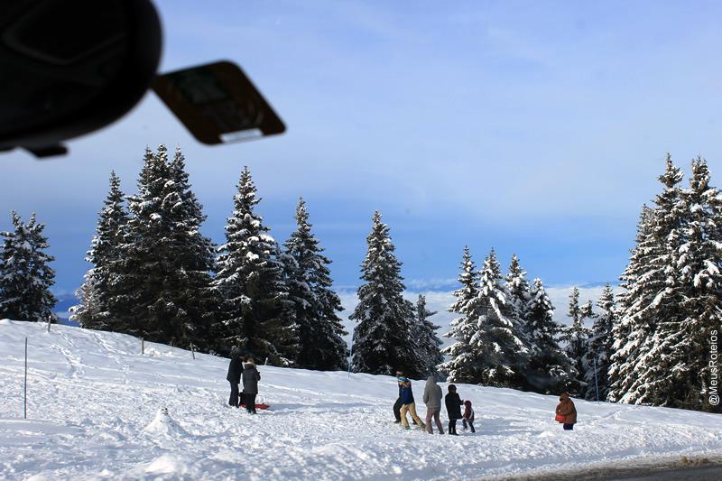 Pessoas caminhando na neve (Plateau Le Semnoz / Haute Savoie / França)