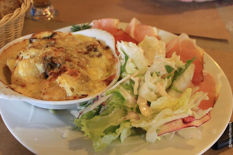 Tartiflete com salada (Comida típica da região)