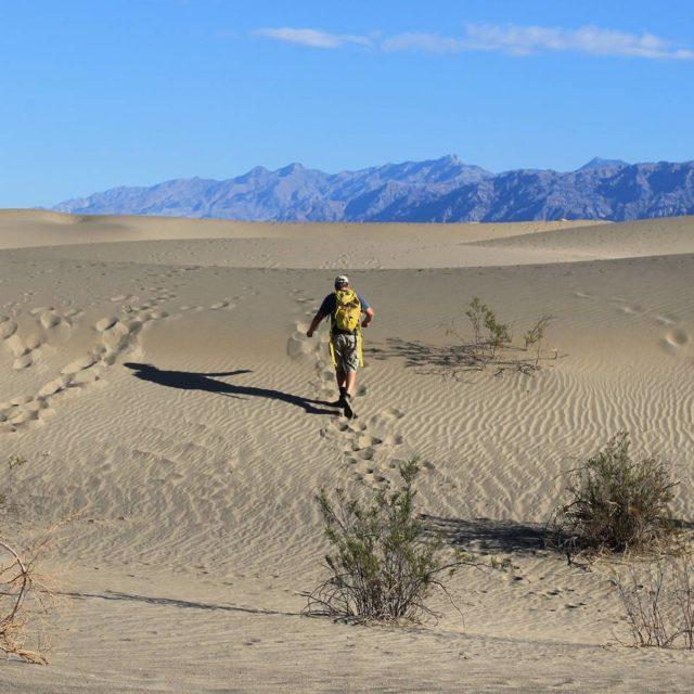 Vale da Morte EUA English below Fazer trilha no desertohellip